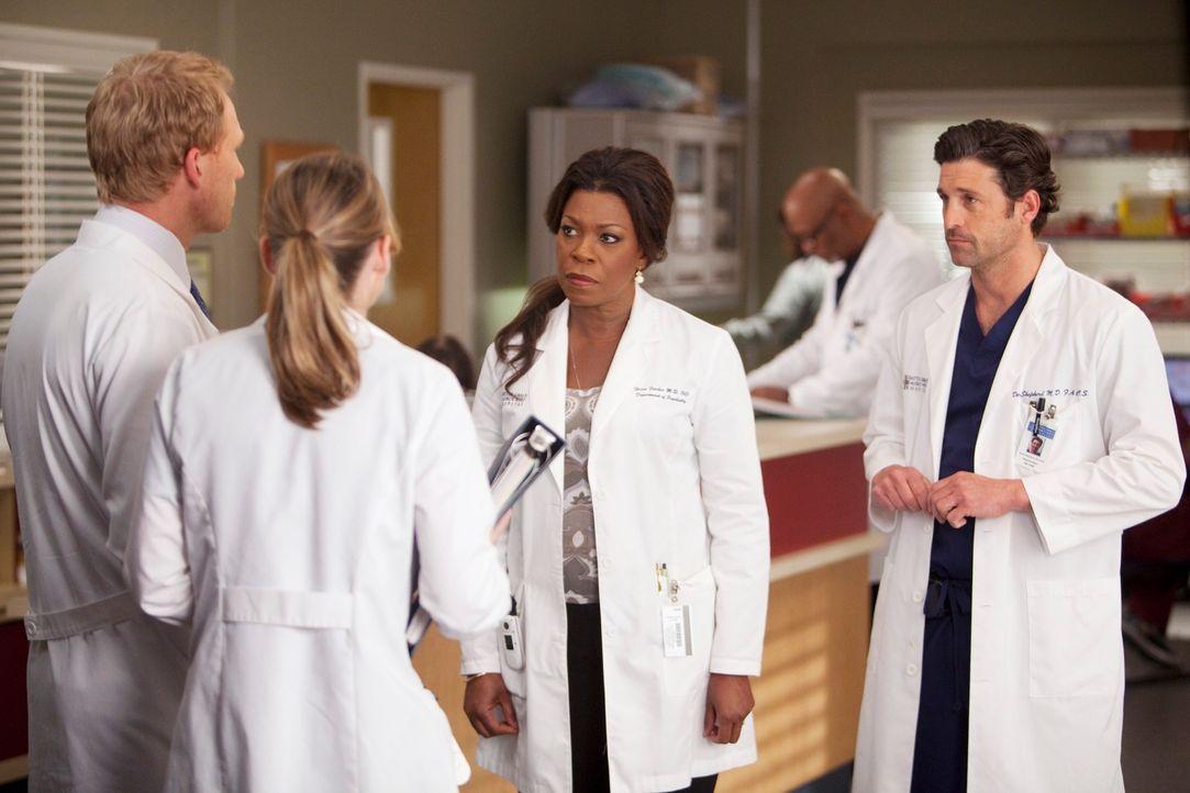 Dr. Fincher (Lorraine Toussaint, 2.v.r.), Derek (Patrick Dempsey, r.), Meredith (Ellen Pompeo, 2.v.l.) und Owen (Kevin McKidd, l.) behandeln eine Un... - Bildquelle: Touchstone Television