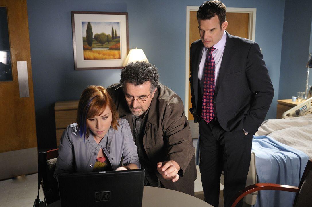 Claudia (Allison Scagliotti, l.), Artie (Saul Rubinek, M.) und Pete (Eddie McClintock, r.) versuchen mit allen Mitteln, einen Weg zu finden, um Myka... - Bildquelle: Steve Wilkie SCI FI Channel