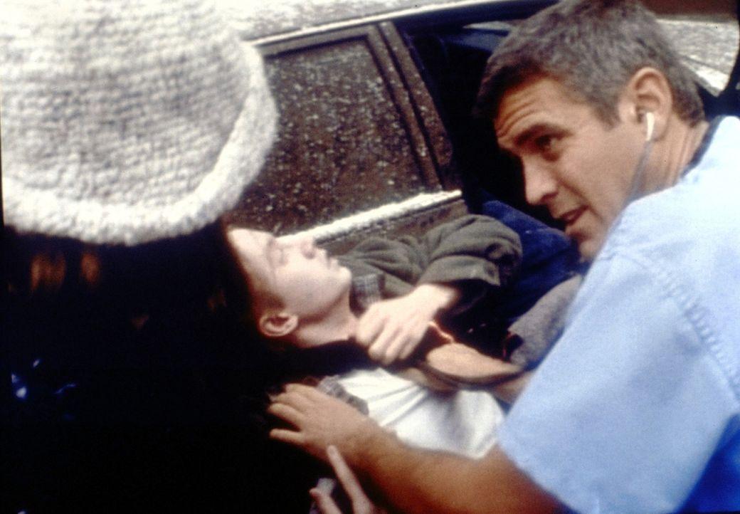 Dr. Ross (George Clooney, r.) intubiert einen Patienten ... - Bildquelle: TM+  2000 WARNER BROS.