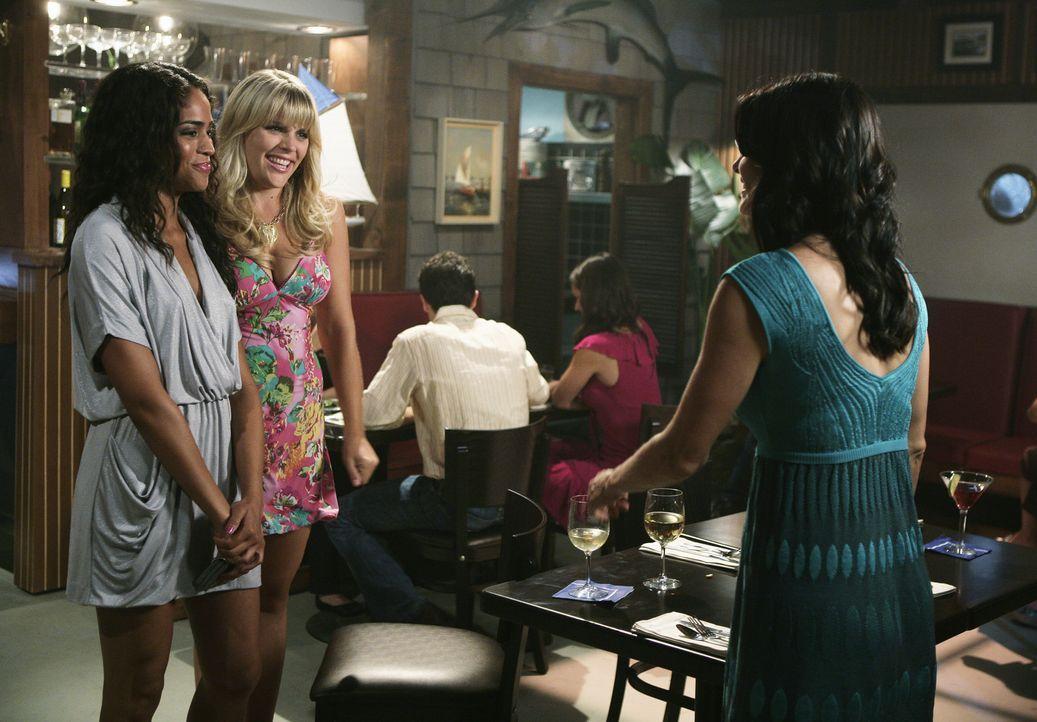 Jules (Courteney Cox, r.) zieht Laurie (Busy Philipp, M.) und Nezzie (Yasmin Deliz, l.) los, doch schon bald merkt sie, dass sie an diesem Abend nic... - Bildquelle: 2009 ABC INC.