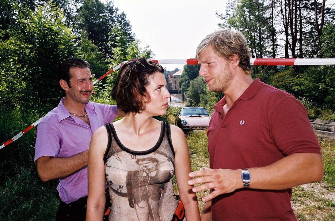 Wacker (Jannis Spengler, l.) wartet am Tatort auf seine Kollegen Nina (Elena Uhlig, M.) und Leo (Henning Baum, r.). - Bildquelle: Christian A. Rieger Sat.1