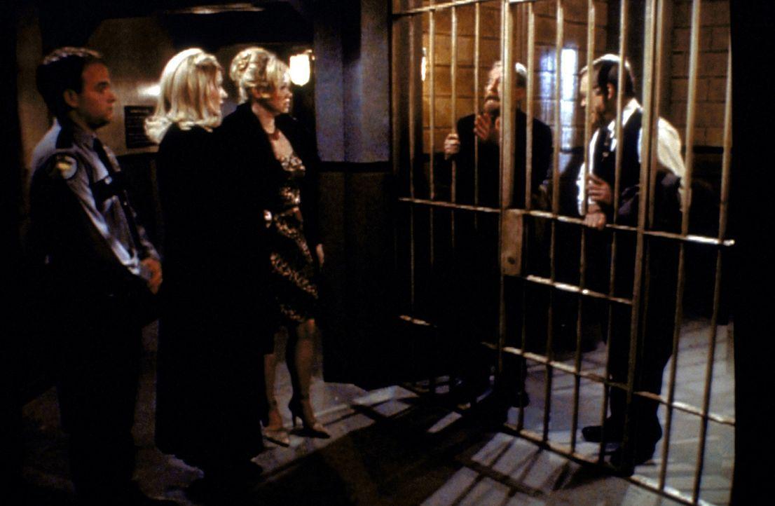 Zelda (Beth Broderick, 2.v.l.) und Hilda (Caroline Rhea, M.) besuchen Willard Kraft (Martin Mull, 2.v.l.) und Carlton im Gefängnis. - Bildquelle: Paramount Pictures