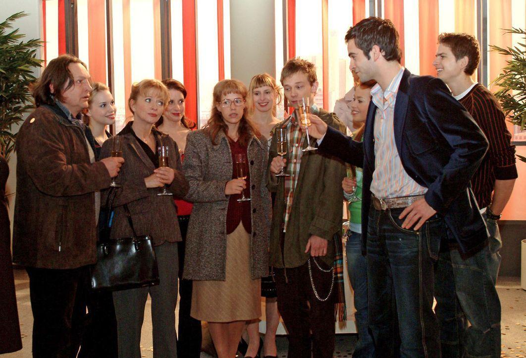 David (Mathis Künzler, r.) ist über die Verlobung von Lisa (Alexandra Neldel, M.) und Jürgen (Oliver Bokern, 3.v.r.) so erleichtert, dass er spontan... - Bildquelle: Monika Schürle Sat.1