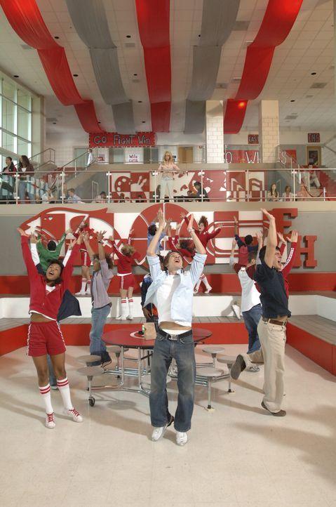 Bringt sein Team in Stimmung: Chad (Corbin Bleu, 2.v.l.) ... - Bildquelle: The Disney Channel
