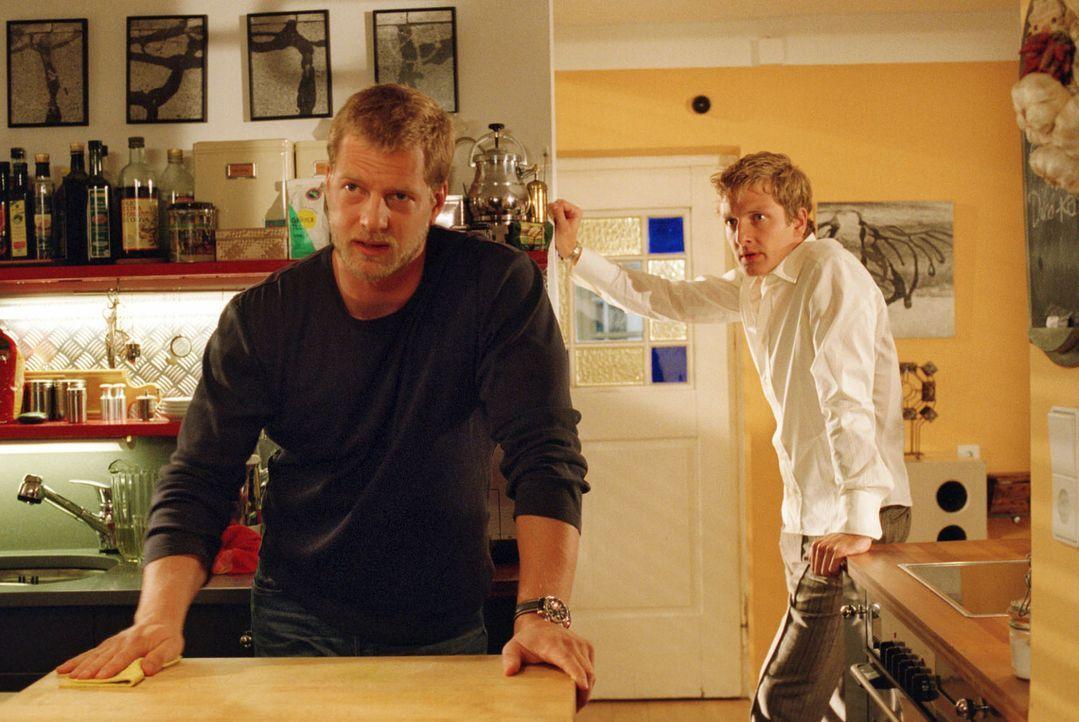 Leos (Henning Baum, l.) eifersüchtiger Freund Bernd (Holger Stockhaus, r.) wirft ihm das Treffen mit seinem Ex-Freund Thorsten vor und geht.