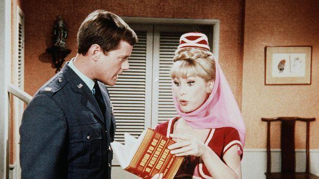 Jeannie (Barbara Eden, r.) zeigt ihrem Meister Tony (Larry Hagman, l.) ihr Bu...