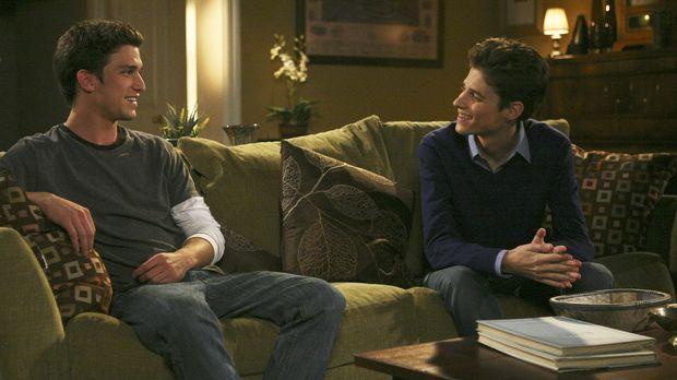 Ricky (Daren Kagasoff, l.) und Ben (Ken Baumann, r.) sollen entscheiden, ob A...