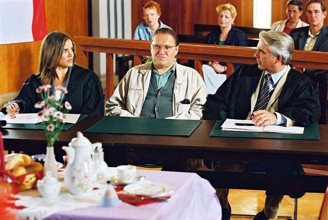 Felix (Christoph M. Ohrt, r.) und Sandra (Rebecca Immanuel, l.) vertreten Hans-Günther Blechschmidt (Michael Brandner, M.), der verdächtigt wird, se... - Bildquelle: Hardy Spitz Sat.1
