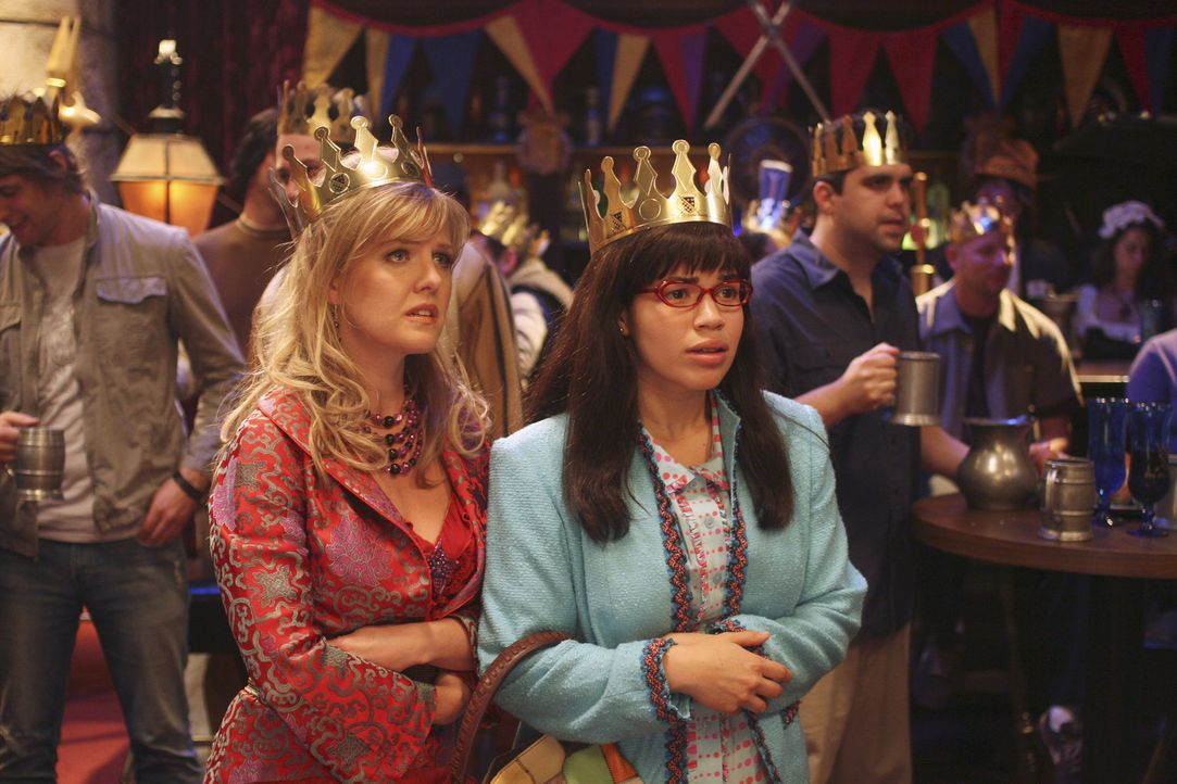 Erleben einen Sekretärinnen-Tag voller Überraschungen: Betty (America Ferrera, r.) und Christina (Ashley Jensen, l.) ... - Bildquelle: Buena Vista International Television