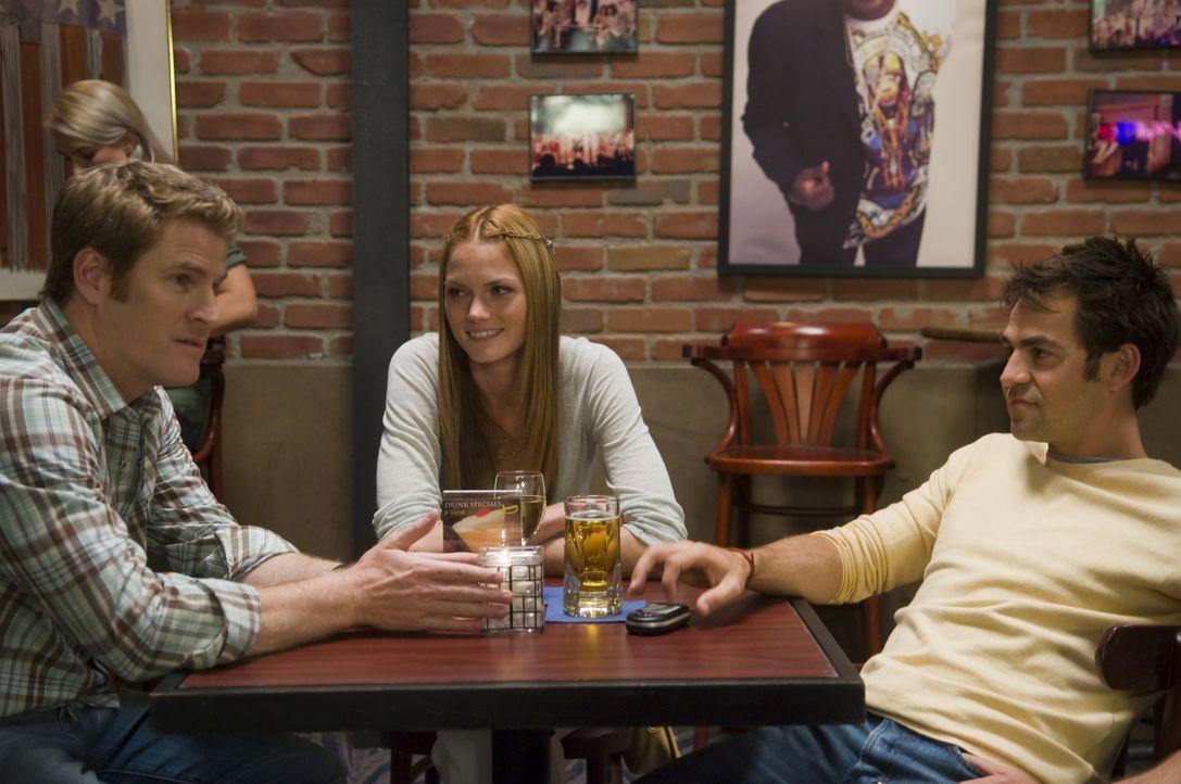 Mike (Jamie Kaler, l.) ist von Bobbys (Kyle Howard, r.) Idee, Elsa (Mini Anden, M.) zu heiraten weil ihr Visum abläuft, für überstürzt ... - Bildquelle: Sony Pictures Television Inc. All Rights Reserved.
