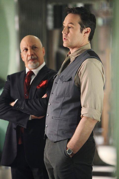 Stanford Raynes (Currie Graham, r.) glaubt nicht an den Fluch der Mumie während Rupert Bentley (Erick Avari, l.) fest davon überzeugt ist ... - Bildquelle: ABC Studios