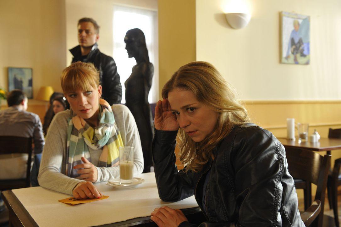 Tines (Theresa Scholze, r.) beste Freundin Wiebke (Annika Ernst , l.) hilft ihr bei dem Rollentausch und macht ihr Mut, den Job in der Redaktion anz... - Bildquelle: Claudius Pflug SAT.1