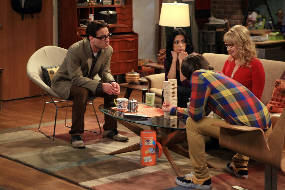 Penny macht sich das Wissen von Bernadette (Melissa Rauch, r.) und deren Beziehung zu Howard (Simon Helberg, 2.v.r) zunutze und spioniert Leonard (J... - Bildquelle: Warner Bros. Television