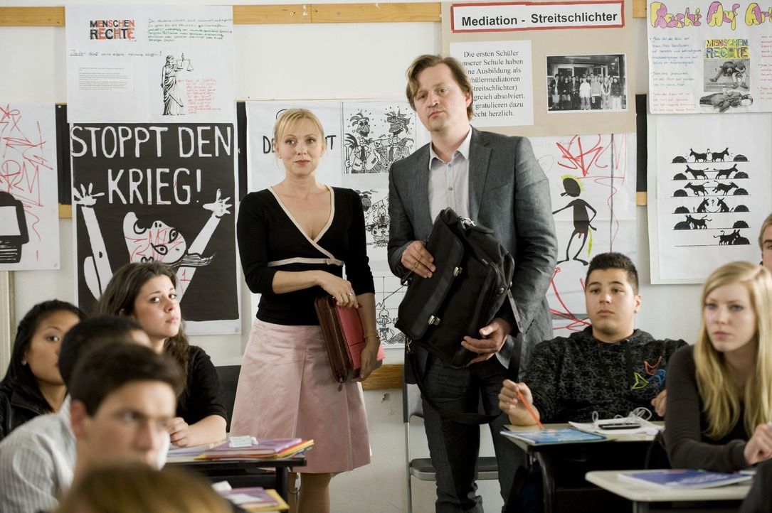 Stellen einen neuen Lehrer vor: Schulleiterin Sabine Mehrbusch (Dana Golombek, l.) und ihr Stellvertreter Daniel Löbel (Patrick von Blume, r.) ... - Bildquelle: Sat.1