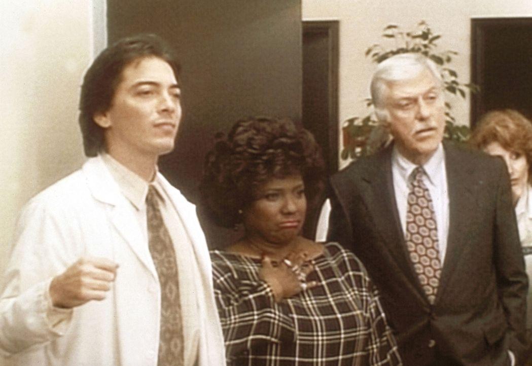 (v.l.n.r.) Jack (Scott Baio), Delores (Delores Hall) und Mark (Dick Van Dyke) hören sich nach dem Kampf das Statement des Boxers Mercury Jones an. - Bildquelle: Viacom